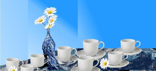 Tazas de café la muerte jarrón y seis margaritas
