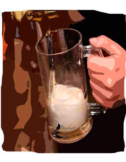 Cerveza en la barra del bar del hostal