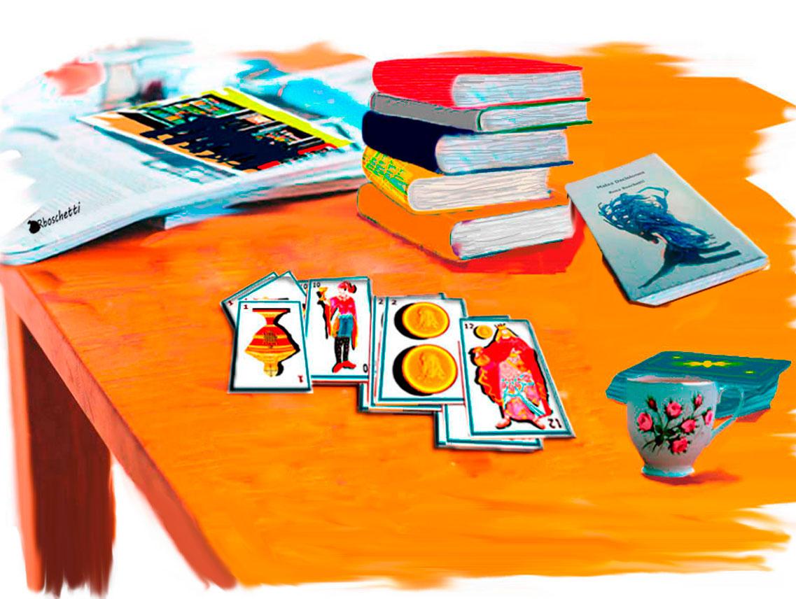 Libros sobre la mesa, entre ellos Malas decisiones. Lectura de las barajas españolas. Una taza de café